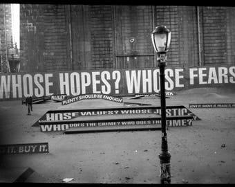 Whose Hopes, New York, 2017. Photographie d'art, Tirage argentique encadré en édition limitée et numérotée