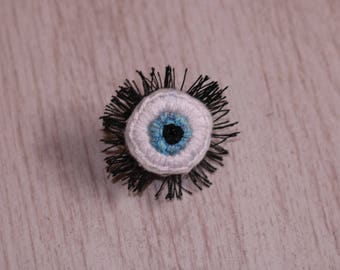 Eye with eyelashes hand-embroidered pin