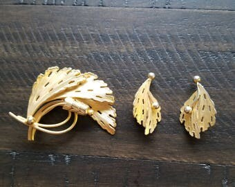 Vintage gold brooch and matching clip on earings