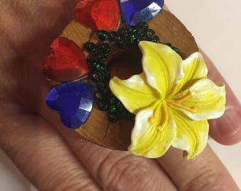 Spassring, finger plastic flowers come from the heart