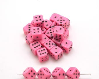 25 plastic beads in pink - dice pattern - 7 mm