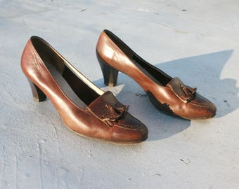 Brown Leather Ferragamo Pumps / Oxford Tassel Fringe Heels Shoes / 60s 70s Secretary Spectator Pumps / Stacked Wooden Heel / Women's Size 8M