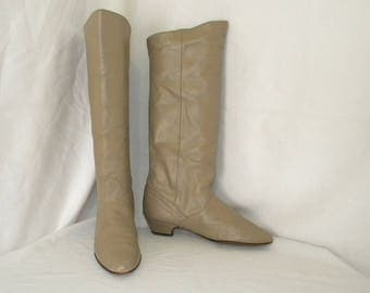Sz 8.5m Vintage tall beige leather 1980s Women wedge heel slouch boots.