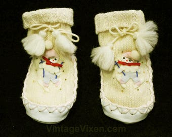 Winter Baby Booties - Size 6-12 Months Wool Knitted Infants Pair of Soft Soled Shoes - 1940s 1950s Babies Shoe with Skiier Appliques - 48878