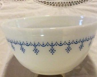 Vintage Pyrex mixing bowl 1 1/2 quart #402. Snowflake