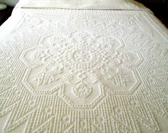 White Hobnail Bedspread, Double or Queen Bed, Mint Condition