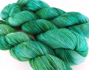 100g Emerald on the Fabulous Four base: a blend of British Alpaca, Masham, Romney lambswool + Bluefaced Leicester. Fingering weight 2ply