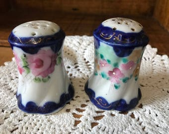 Vintage nippon? Lot of 2 saly and pepper shakers. Blue and white
