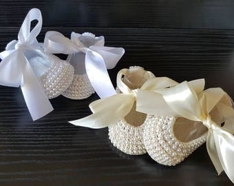 Pearls Crochet Baby shoes. Princess White or Beige Ballet Slippers.Hand crocheted Mary Jane. Baby Ballet Flats.