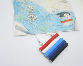 Long necklace in wood with white, red and blue colored pencils