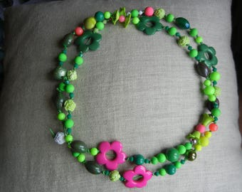 very green necklace with fuchsia flowers