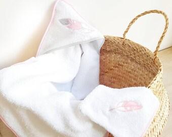 Cadeau naissance, cape de bain bébé en éponge avec son gant de toilette assorti, plumes brodées, serviette bébé, blanche et rose, fille