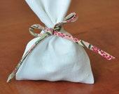 25 sachets dragées/ballotins dragées lin blanc AVEC attache Ianthe rose et vert (cordon spaghetti personnalisé comme cordon)