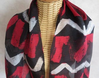 Silk scarf, painted by hand, red and white zigzag amid noir@evysoie