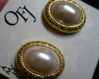 OFJ Faux Pearl Earrings Gold Tone ribbed Chunky Clip On button oval earrings Statement large retro Fashion Excellent Condition! NOS
