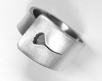 Open band ring, in annalergic aluminum, recycled with personalized text, and with a pierced poppy.