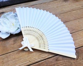 Eventails en bois et papier avec ruban et étiquette personnalisée by Féeline création