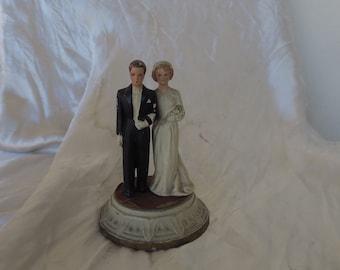 ancien couple de marié en plâtre des années 40-50, se placer sur le gâteau de mariage, old plaster married couple from the 40s-50s