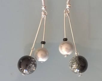 Earrings shaped cherry black/white