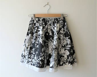 Vintage Circle Skirt Black and White Floral MOD Skirt Women's US Size XS 0-2