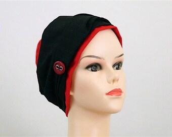 bonnet jersey rouge, Foulard noir, fines rayures blanches, rouges. Bouton rouge et métal. Pièce unique. Bonnet chimiothérapie.