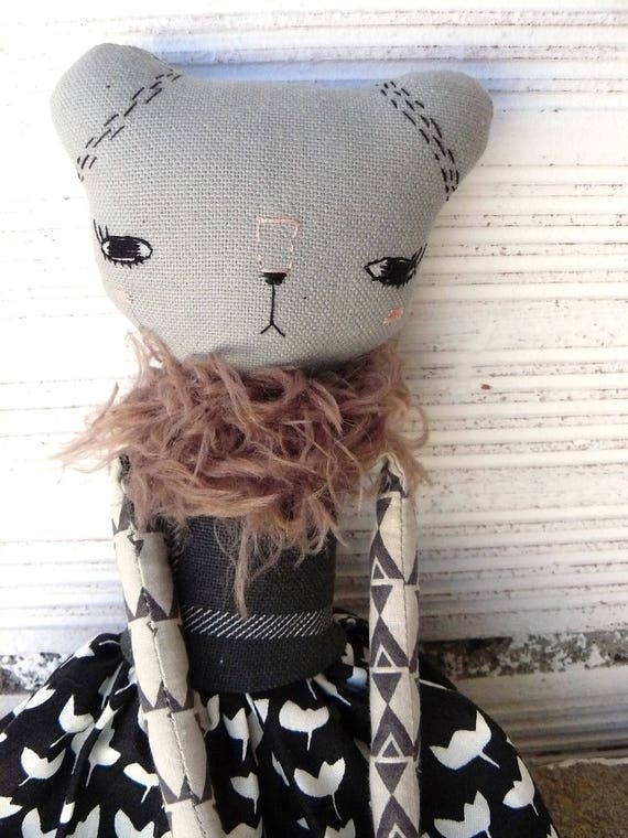 Bear doll in cotton and linen canvas. Hand embroidered. 33 cm
