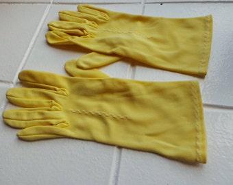 Vintage yellow short gloves - medium size.