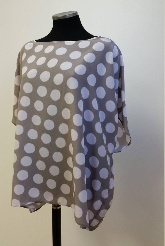 Mode classique pour femmes, tunique ample pure soie, imprimé pois rose pâle sur fond taupe, taille unique