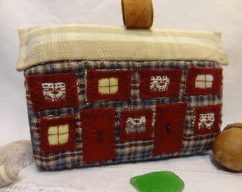 Jouet ou décoration, la petite maison en patchwork de tissus rouge et bleue