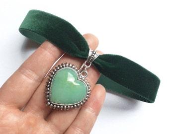 Grünes Kropfband aus  Samt mit einem großen Edelstein Herz-Anhänger