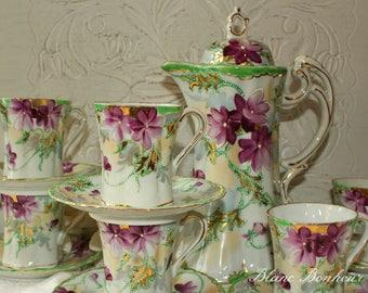 Japan: Hand painted tea set, teapot (or chocolatière), six demitasse, six saucers