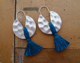 Boucles d'oreilles ethniques boho argent vieilli martelé et pompon bleu canard, artisanales, fait à la main, bohème, fête des mères