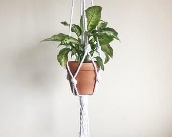 Macrame planthanger, planthanger, modern macrame, macrame pot hanger, retro decor, white macrame, white plant holder.