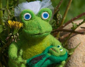 SALE Wool  frog with a baby frog, Wool toy, wool frog,stuffed animal,Needle Felted Frog,Birthday gift,felted animal, wool figure ,green frog