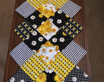 Daisy zig zag quilted runner, yellow, white and black