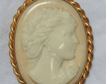 C1950s possibly earlier cameo ivory coloured ivorine plastic brooch oval large size diameter 4.3 x 5.4 cm