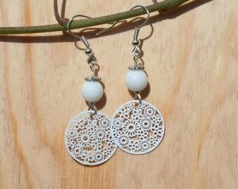 Boucles d'oreille fleurs - métal argenté et perles en verre - argenté et blanc