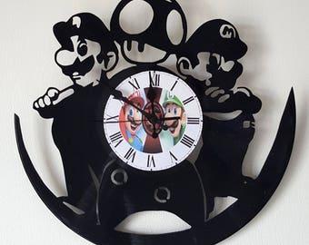 Vinyl 33 clock turns Mario and Luigi theme