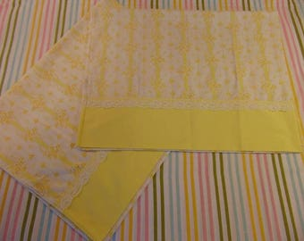 Wamsutta Pillowcase Set / Yellow and white with lace