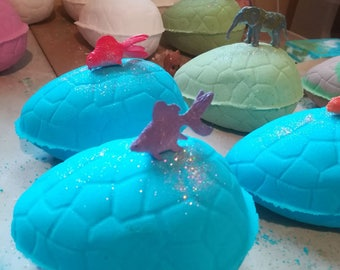 Under the Sea bath bomb - contains a toy fish to keep! Lush scents