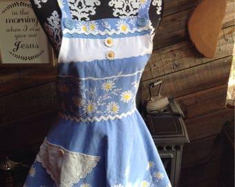 Daisy , Daisy... Vintage style upcycled tablecloth apron