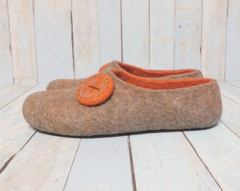 Indoor shoes men. Felted slippers. Woolen clogs. Bedroom slippers. Gift for husband. Wool slippers. Two colors slippers. Beige with orange.