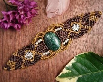 Macrame bracelet with green serpentine