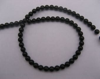 Black agate: 15 round beads 6 mm in diameter.
