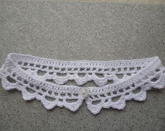 Crocheted collar in white cotton closed with a small button