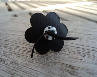 Flower ring in inner inner and white polka dot button, small size