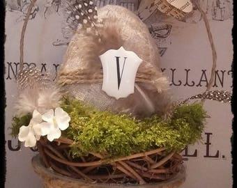 Oeuf de Pâques dans son panier, plumes, fleurs tissus anciennes...