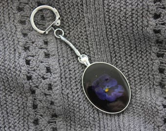 Key-Oval metal, resin and dried flower Pansy Violette/Bleue