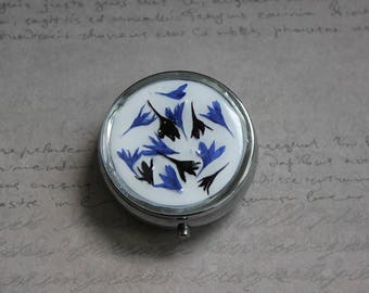 Pill box or small round box, 1 compartment covered with resin and dried Blueberry blue and black flowers