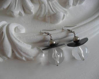 Earrings with pearls and leather